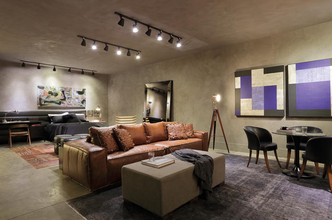 Mostra Sierra Rio - Sofa de Couro, Puff, Cadeira Preta e Luminária Piso