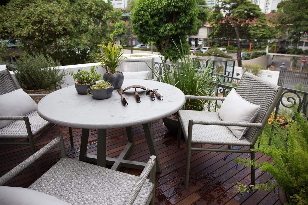 Tidelli - Casa Cor Pernambuco - Mesa concreto cinza e poltrona bora-bora