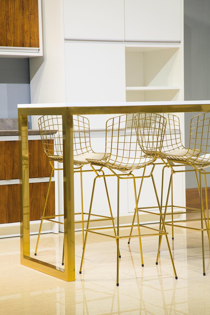 Coleção Sierra Brasilidades - Banqueta Bertoia e Mesa Dourada