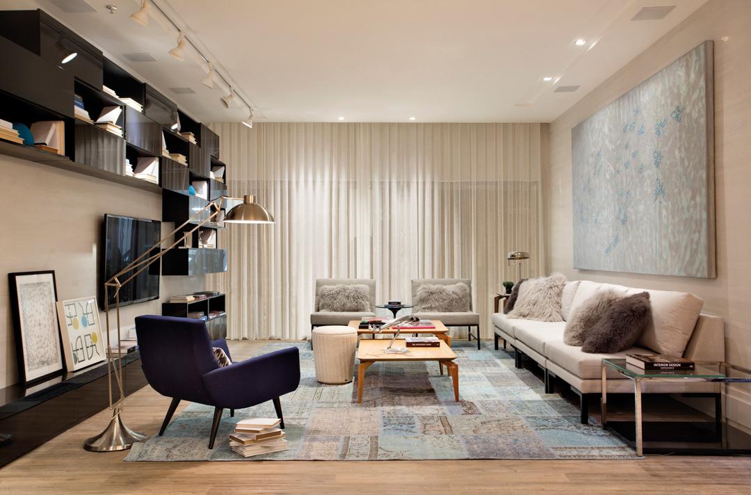 sierra-sofa-branco-poltrona-azul-mesa-centro-madeira