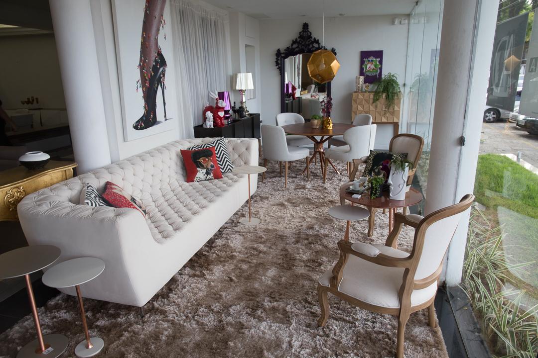 Vitrine Artcasa: Paralelo Arquitetura - Sofá Capitone, Poltrona, Mesa e Cadeiras