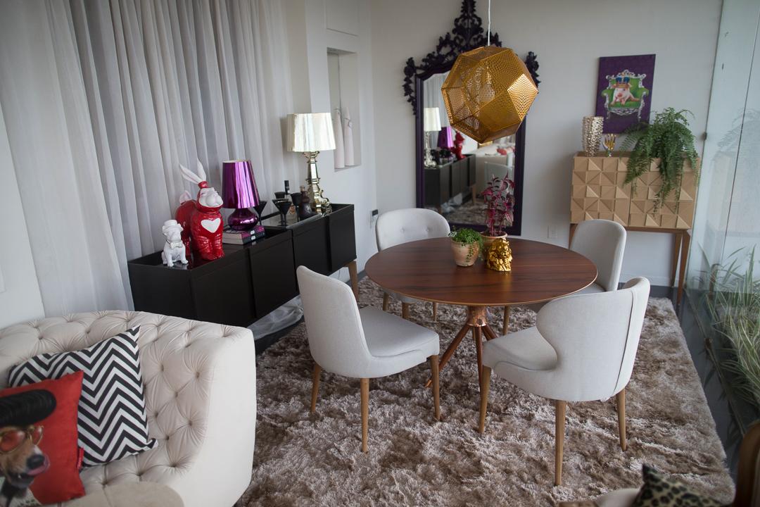 Vitrine Artcasa: Paralelo Arquitetura - Mesa, Cadeira e Lumiária Dourada