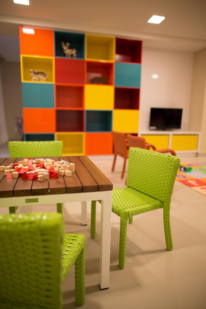 condominio-lazar-segall-debora-julinda-tidelli-kids-cadeira-verde-mesa-branca-madeira