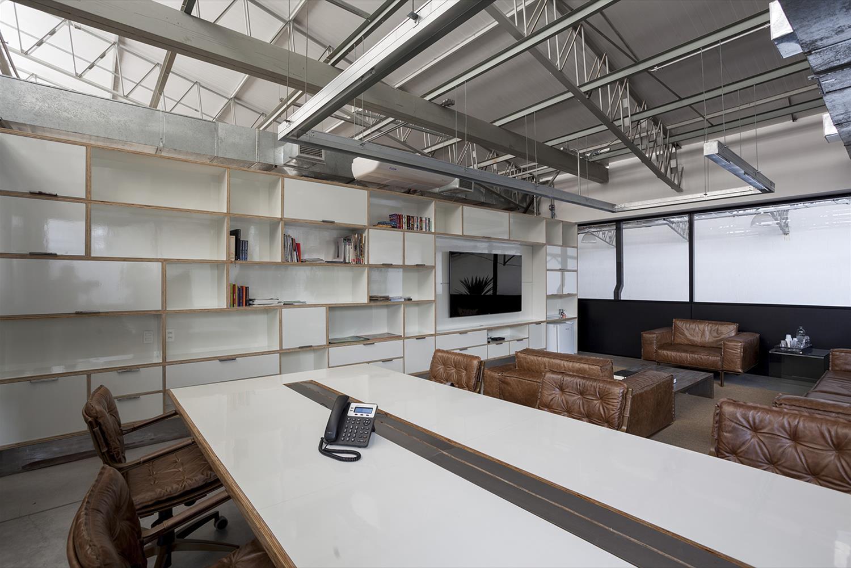 Projeto Paranoid: Sala de Reunião - Cadeiras de escritório Yoná, Sofá Less e Poltrona Less Couro Marrom