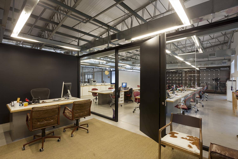 Projeto Estudiobola -Projeto Paranoid: Sala de Reunião - Cadeiras de escritório Yoná, Poltrona Helga