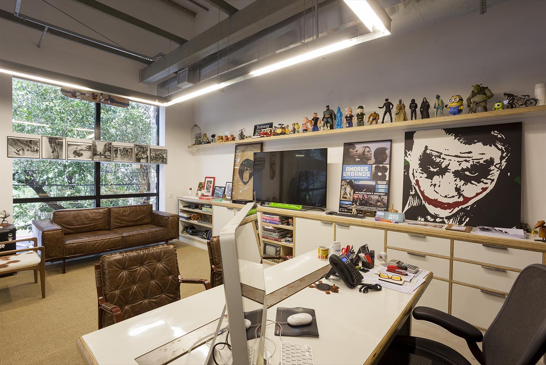 Projeto Paranoid: Sala de Reunião - Cadeiras de escritório Yoná, Poltrona Helga, Sofá Less