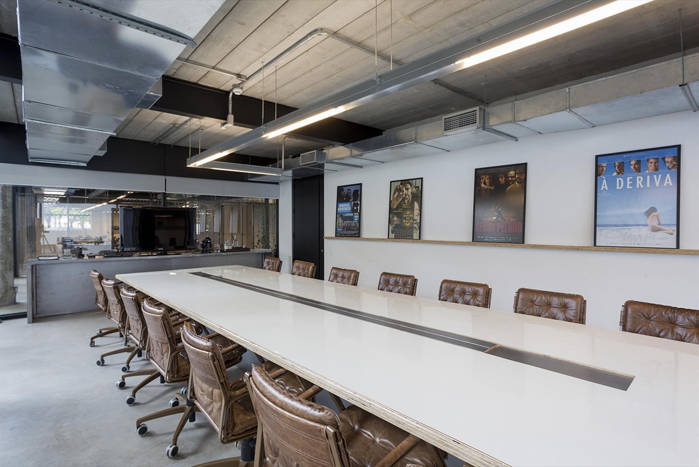 Projeto Paranoid: Sala de Reunião - Cadeira de escritório Yoná Couro Marrom