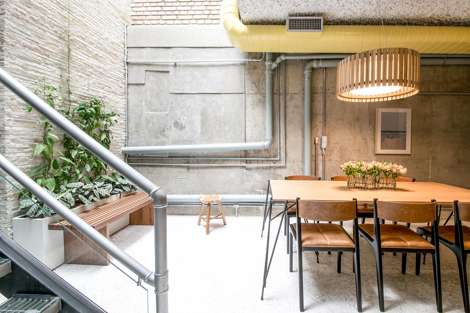 Projeto: Casa Projeto: Casa Vila Jardim- Cadeira Helga Couro e Preta - Estudiobola